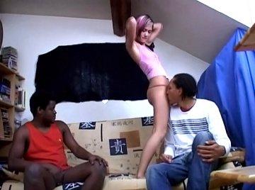 jeune amatrice de 18 ans debrid�e  par deux noirs