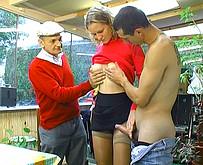 jeune fille bais�e par un pere et son fils