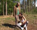 Jeune pucelle slave qui suce en plein air