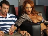Cougar touche le sexe d'un jeunot