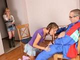 Grand-père se fait sucer par deux étudiantes de 18 piges