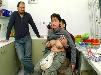 une amatrice niqu�e devant son mec dans sa cuisine
