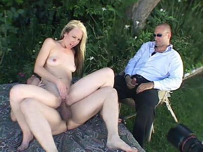Jeune esclave sexuelle se fait baiser pendant que son jules mate