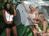 Trois petites salopes fourrees dans une tente
