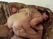 Une femme brune se fait baiser dans tous les sens