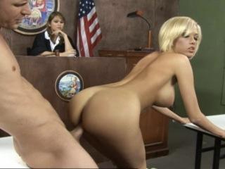 Jolie blonde baisée dans un tribunal