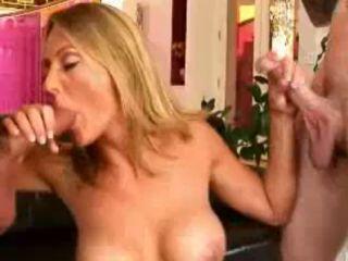 Mère de famille baise les amis de son fils