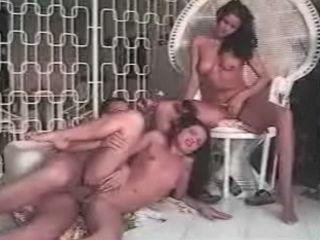Double sodomie pour deux coquines
