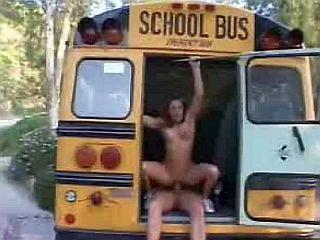 Jeune lycéenne baisée par le chauffeur du car scolaire