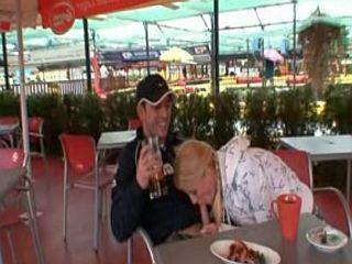 Amatrice taille une pipe en plein restaurant