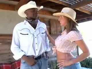Cowboy black élargit la chatte de sa belle-soeur
