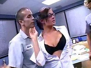 Secrétaire salope à lunettes suce deux collègues