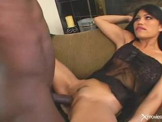 Une grosse queue black pour cette asiatique plutôt sexy