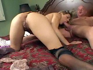 Vieux grand p�re baise la copine de son petit fils