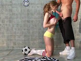 Jeune étudiant se fait sucer par sa prof de sport