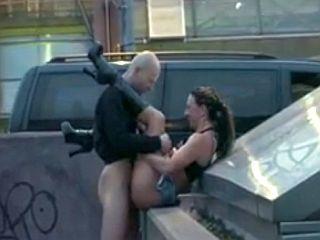 Couple amateur exhib baise en pleine rue