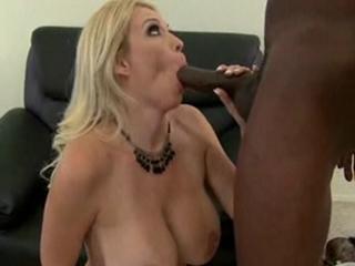 Maman en manque suce et baise un black