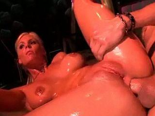 Jeune stripteaseuse enculée après son show