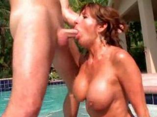Maman suce et baise avec le jardinier