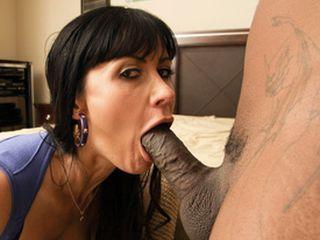 Jolie maman salope suce la grosse bite d'un black