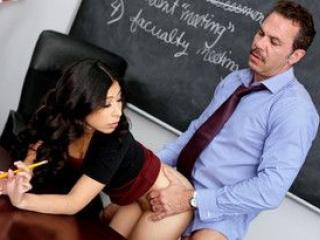 Nicole Ferrera passe sous le bureau du prof en plein cours