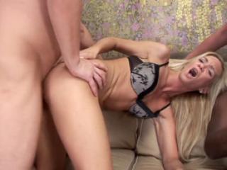 Deux blondes se prennent une orgie dans le cul