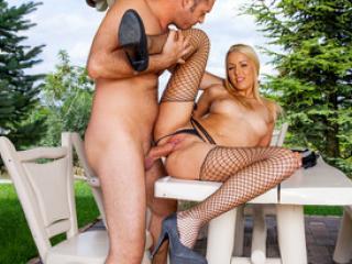 Belle blonde se fait baiser sur la table de jardin