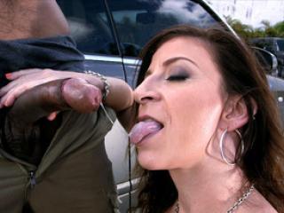 Chaude Sara Jay suce un black dans la rue