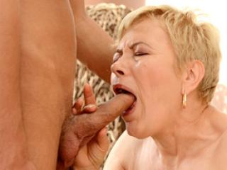 La vieille Ursula Grande aime sucer des queues