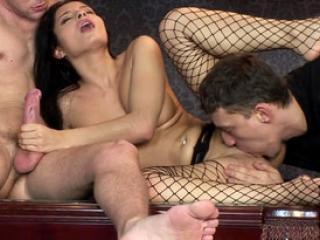 Jeu de sexe et soumission avec une sexy policière baisée par deux loubards