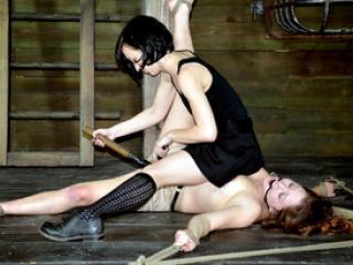 Une séance de bondage hardcore pour Alexxa Bound