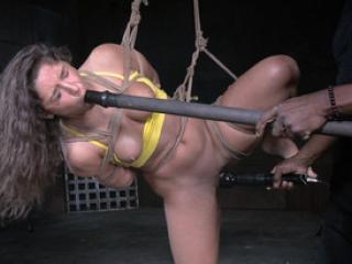Abella Danger est soumise à un black pervers