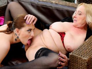 Lyen Parker et la vieille Sila baise entre femmes