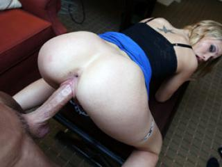 Jeune blonde Dakota James baise et avale du sperme