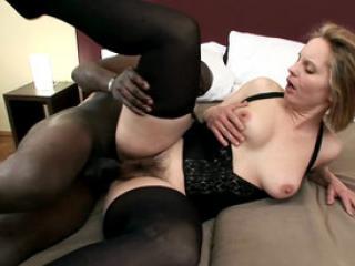 Maman chaude heureuse de baise avec un black